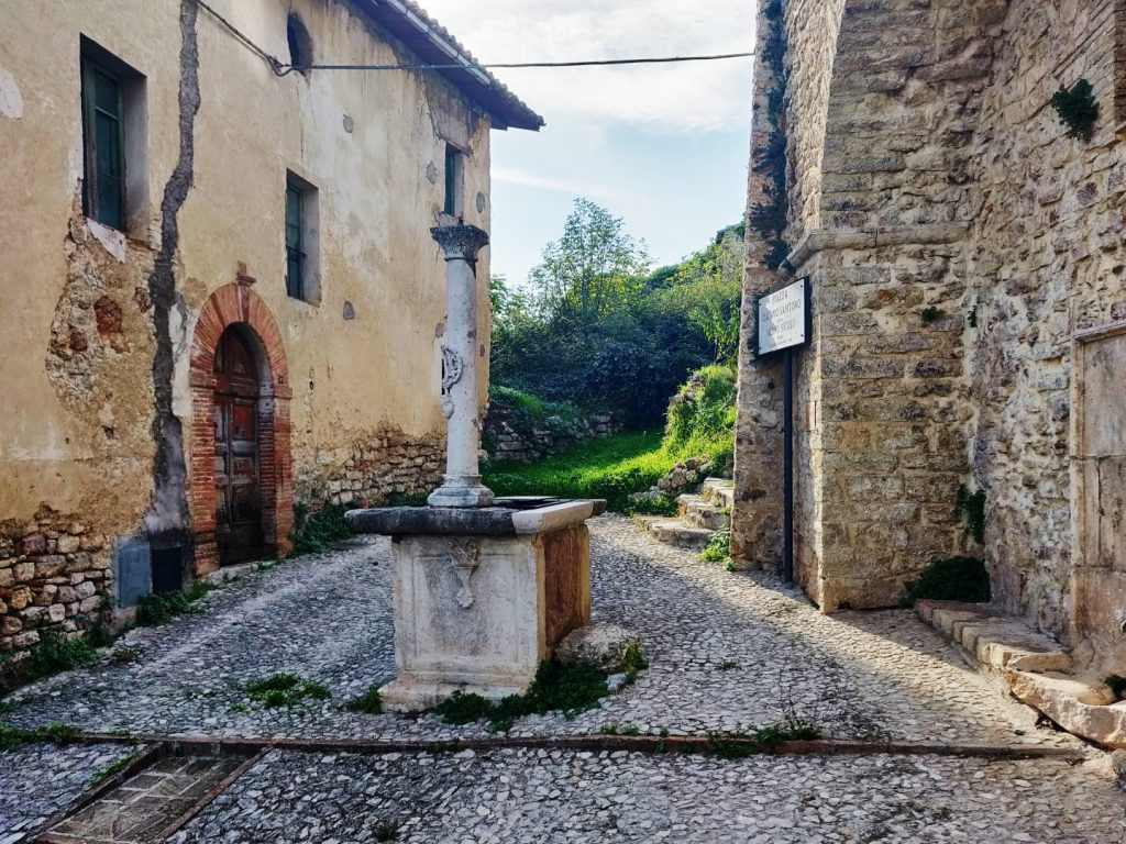 san-mamiliano-piazza centrale-con-pozzo