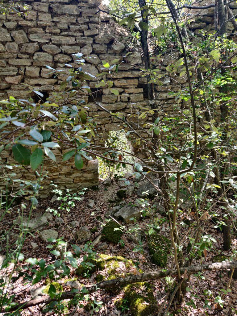 Rocca Accarina, resti con evidenze di un piano di calpestio