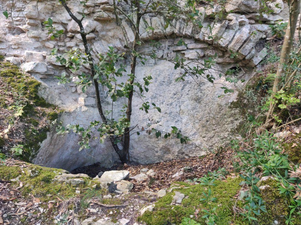 Rocca Accarina, una delle due cisterne a base della torre
