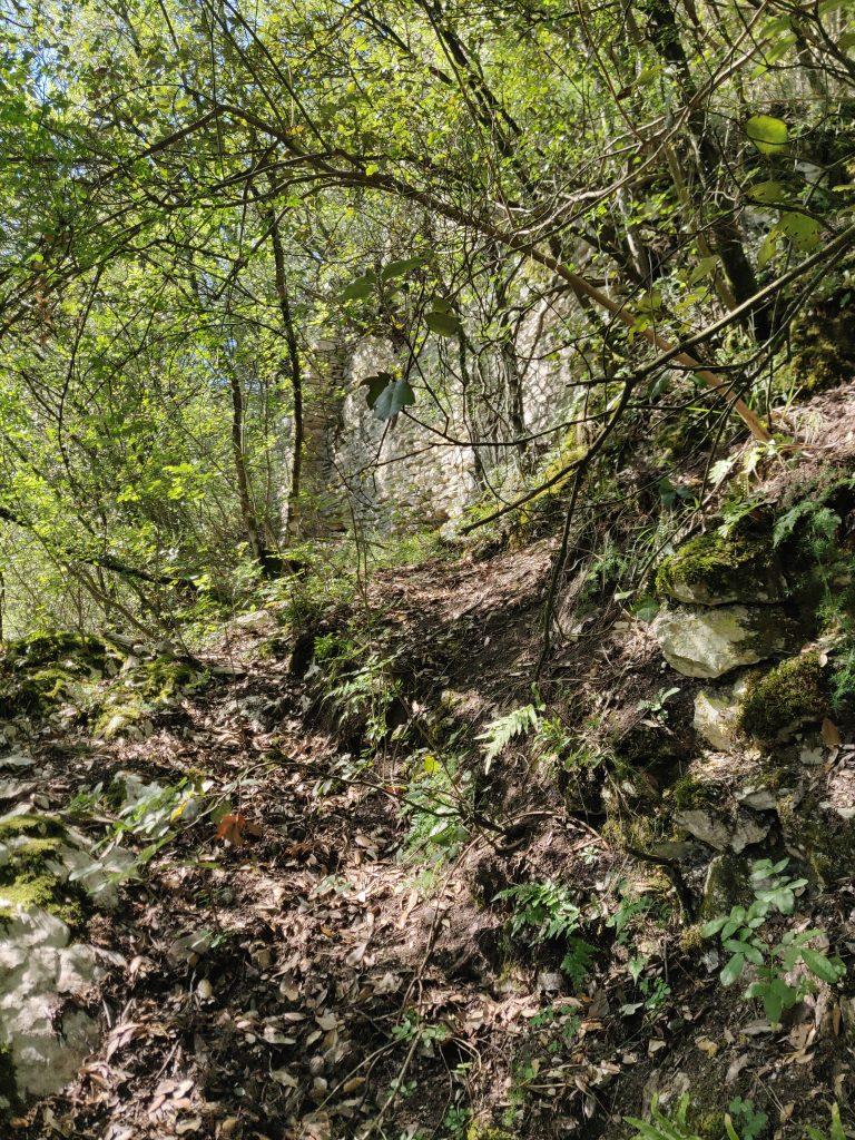 Rocca Accarina, muraglione nella zona centrale