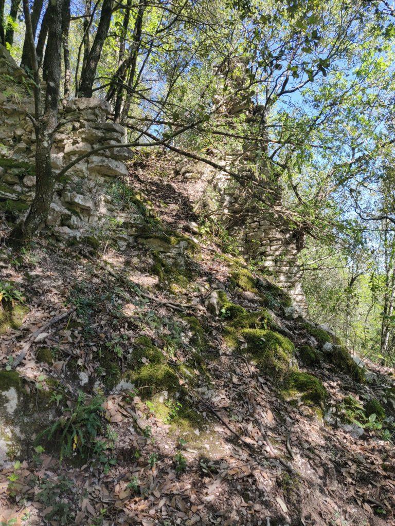 Rocca Accarina, parte alta presso il mastio