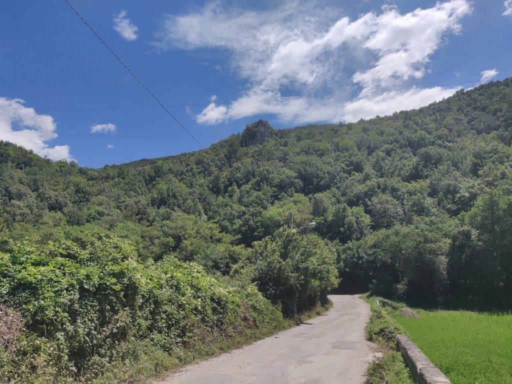 Il tratto di strada per arrivare alla rocca